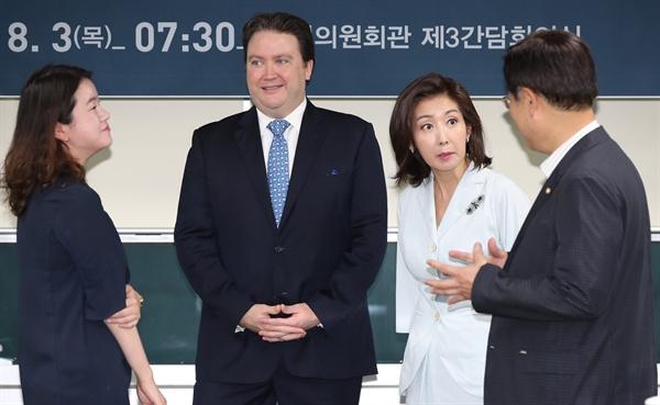마크 내퍼 주한미국대사대리(왼쪽 두번째)와 자유한국당 의원들이 지난 3일 오전 국회 의원회관에서 열린 북한 미사일 시험 발사 관련 한반도 상황 세미나에서 이야기를 나누고 있다. 왼쪽부터 신보라 의원, 마크 내퍼 대사대리, 나경원·김종석 의원
