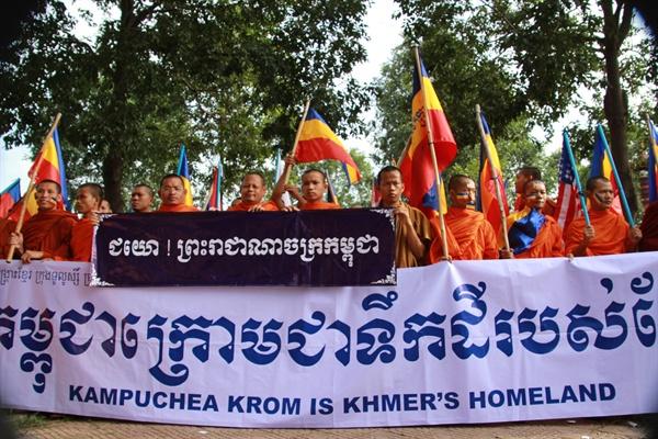 지금은 베트남 영토가 된 캄푸치아크롬 땅을 되찾기 위한 시위에 나선 캄보디아 승려들의 모습