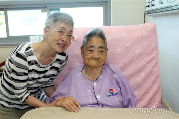<버마전선 일본군 위안부 문옥주> 저자 모리카와 마치코 작가가 5일 통영노인전문병원에 입원해 있는 일본군위안부 피해자 김복득(98) 할머니를 찾아 손을 잡았다.