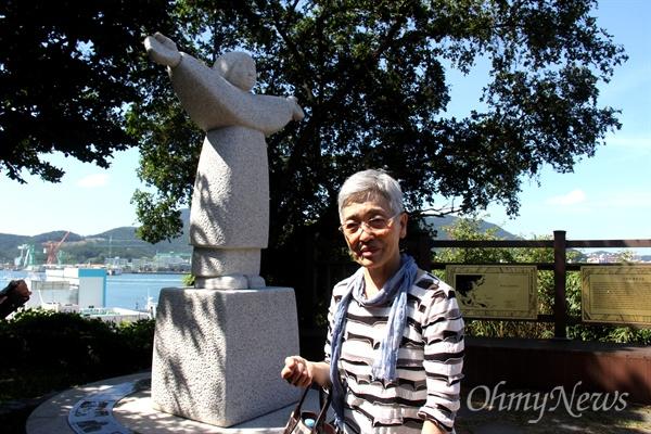 <버마전선 일본군 위안부 문옥주> 저자 모리카와 마치코 작가가 5일 통영 남망산에 있는 일본군위안부 피해자를 기리는 조형물인 '정의비'를 찾았다.