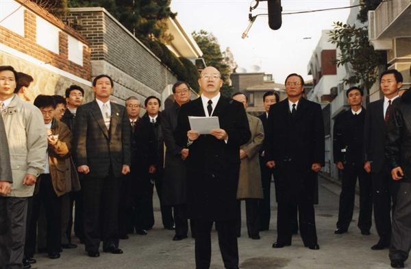 전두환씨 성명발표 전두환 전 대통령이 지난 1995년 12월 2일 연희동 자택 앞에서 이른바 골목성명을 발표하고 있다.
