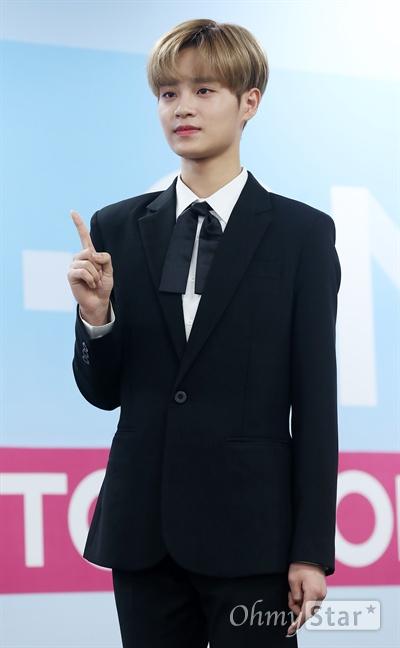 '워너원' 이대휘, 점잖은 모습으로! 7일 오후 서울 고척동 고척스카이돔에서 열린 보이그룹 <워너원>의 첫 미니앨범 < 1X1=1(TO BE ONE) > 발매 및 데뷔 기자간담회에서 이대휘가 포토타임을 갖고 있다. Mnet <프로듀스101> 시즌2를 통해 선발된 보이그룹 워너원(Wanna One)의 미니앨범 < 1X1=1(TO BE ONE) >은 11명의 소년들이 함께 정상을 향해(TO BE ONE) 달려가겠다는 자신감을 의미하며, 워너원(1)이 팬과 함께(X1) 최고의 그룹(=1)으로 성장하겠다는 포부를 담고 있다.