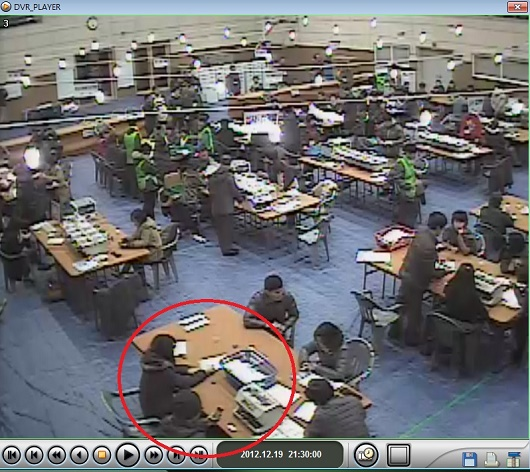 18대 대선 대구 서구 개표 CCTV 영상 빨간 원 안의 개표사무원은 시종일관 검표 작업을 생략하였다.
