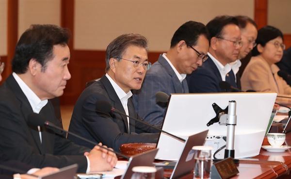 문재인 대통령이 8일 오전 청와대에서 열린 국무회의를 주재하고 있다.