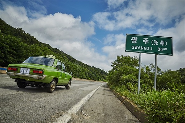 <택시운전사>에서 김만섭의 택시는 1980년 5월의 고립된 광주에 들어가기 위해 시간을 거스르기라도 하듯 반복적으로 후진한다.