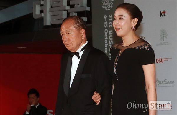 김동호, 강수연 부산국제영화제 조직위원장이 지난 2016년 10월 6일 오후 부산 해운대구 영화의전당에서 열린 제21회 부산국제영화제(BIFF) 개막식에 참석해 레드카펫을 걸으며 입장하고 있다