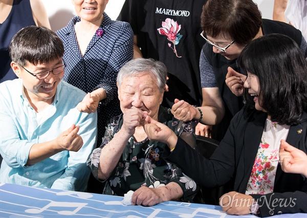 위안부 피해자 길원옥 할머니가 10일 오후 서울 마포구 전쟁과여성인권박물관에서 14일 음반 발매를 앞두고 음반 <길원옥의 평화> 제작발표회를 하고 있다.