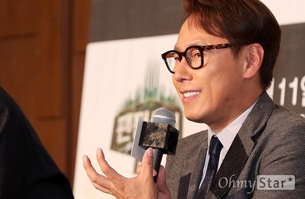 '팬텀싱어2' 윤종신 10일 오후 서울 상암동의 한 호텔에서 열린 JTBC 예능프로그램 <팬텀싱어2> 제작발표회에서 프로듀서인 뮤지션 윤종신이 프로그램을 소개하고 있다. <팬텀싱어2>는 성악, 뮤지컬, K-POP 보컬에 이르기까지 진정한 실력파 보컬리스트들을 발굴해 크로스오버보컬 4중창을 선발하는 오디션 프로그램이다.11일 금요일오후 9시 첫 방송.