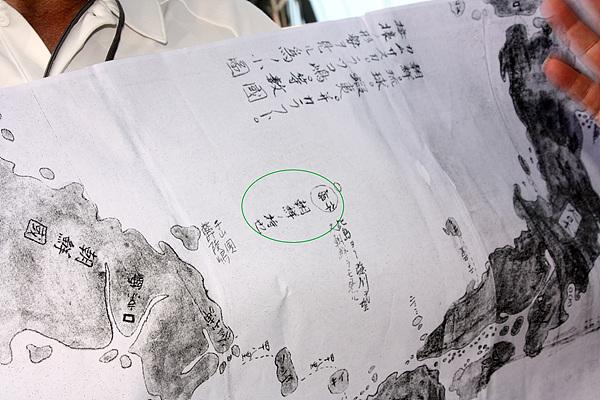 """김문길 교수가 발견한 일본 고지도로 원안에 적힌 일본어는 """"죽도는 조선노 모찌""""라고 적혀 있다. 김문길 교수는 '모찌'는 '몫'이라는 뜻이라고 설명해줬다. 일본인들이 독도를 죽도로 부르기 때문에 독도는 조선땅이 된다"""