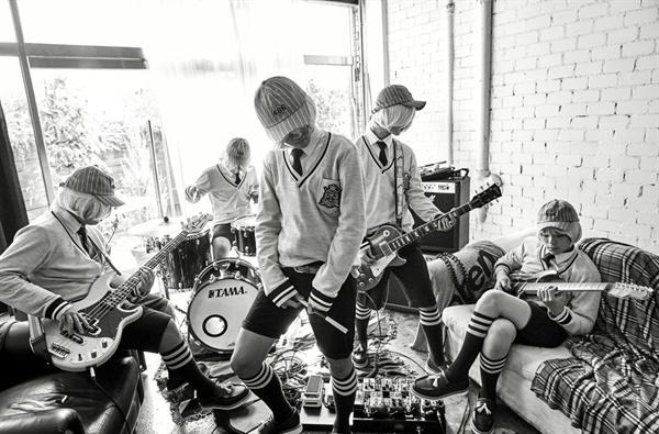 데뷔 초기 다양한 가발을 쓰고 등장했던 더 이스트라이트.  대부분의 멤버들이 중학생으로 구성된 이들은 최근 프로듀스 101 출신 이우진이 정식 멤버로 합류하며 6인조로 확대됬다.