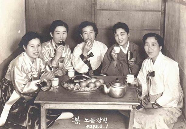 어머니의 젊은 날, 친구들과 함께(맨 왼쪽이 어머니)