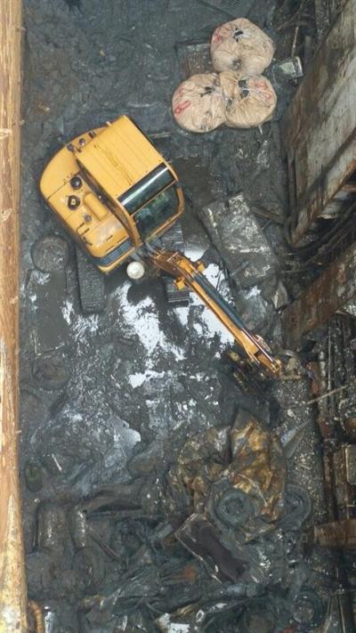 세월호 화물칸에서 포클레인이 투입돼 수색 작업을 벌이고 있다. 화물칸에서만 지금까지 13점의 유해가 발견됐다.