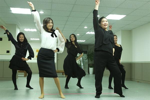 """영화 <써니>에서 춘화의 장례식장 장면 2011년에 개봉한 영화 <써니>에서  칠공주 리더인  춘화의 유언에 따라  나나미와  4명의 친구들은 장례식장에서보니 엠의 """"Sunny""""란 노래에 맞춰 춤을 춘다."""