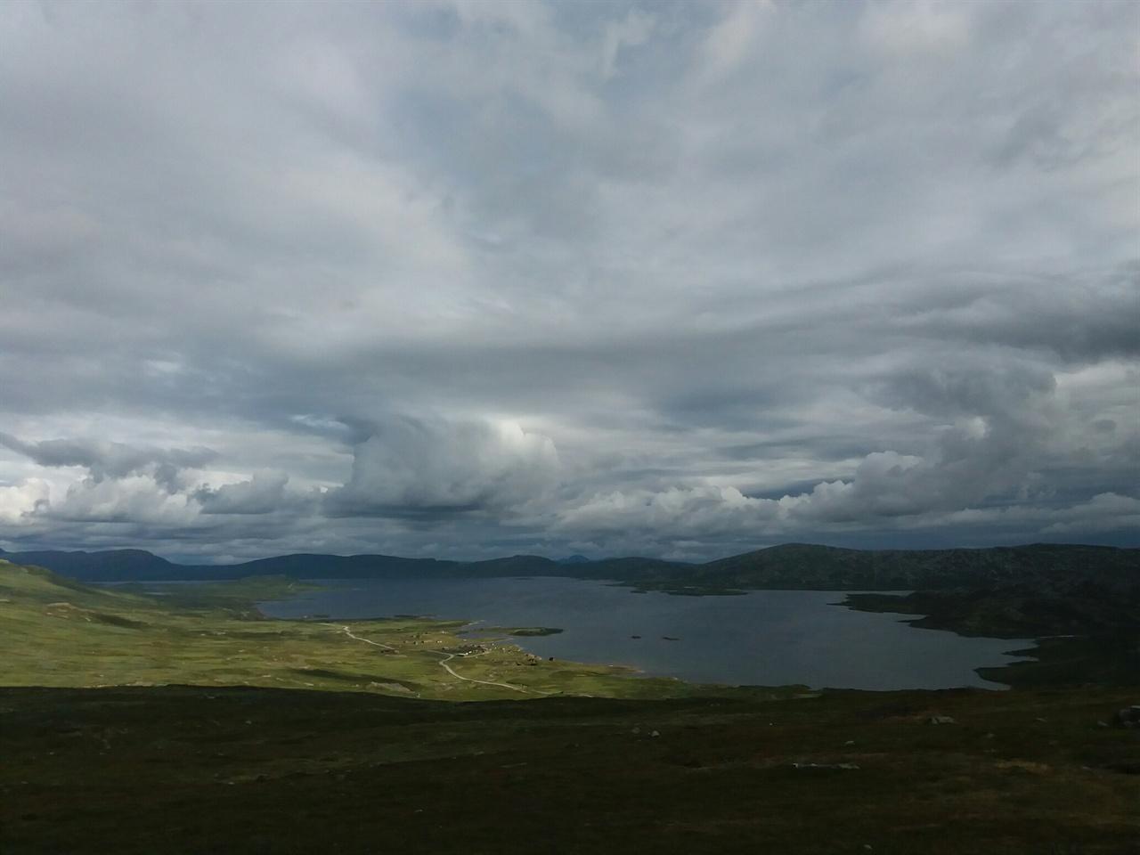 노르웨이 산악 도로 산 정상의 풍경