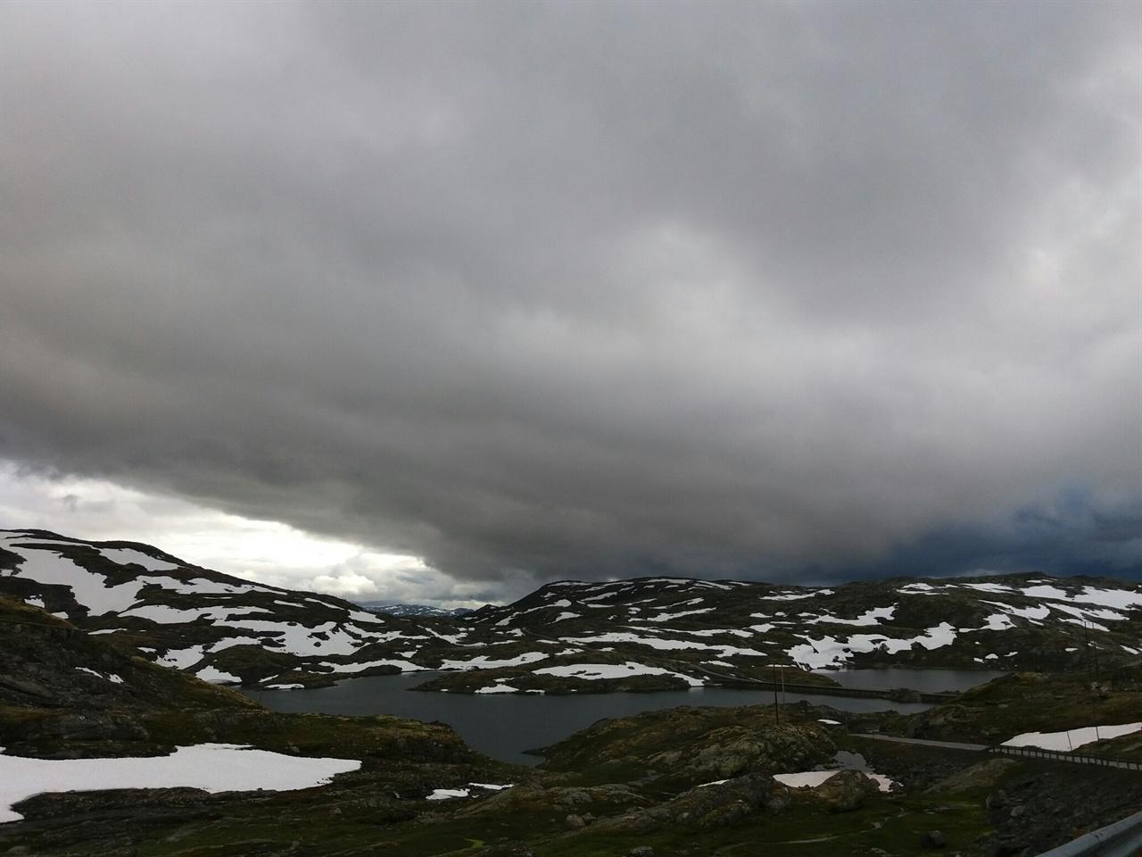 노르웨이 산맥 산악길