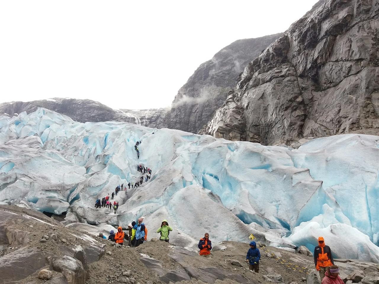 노르웨이 빙하 빙하 오르기