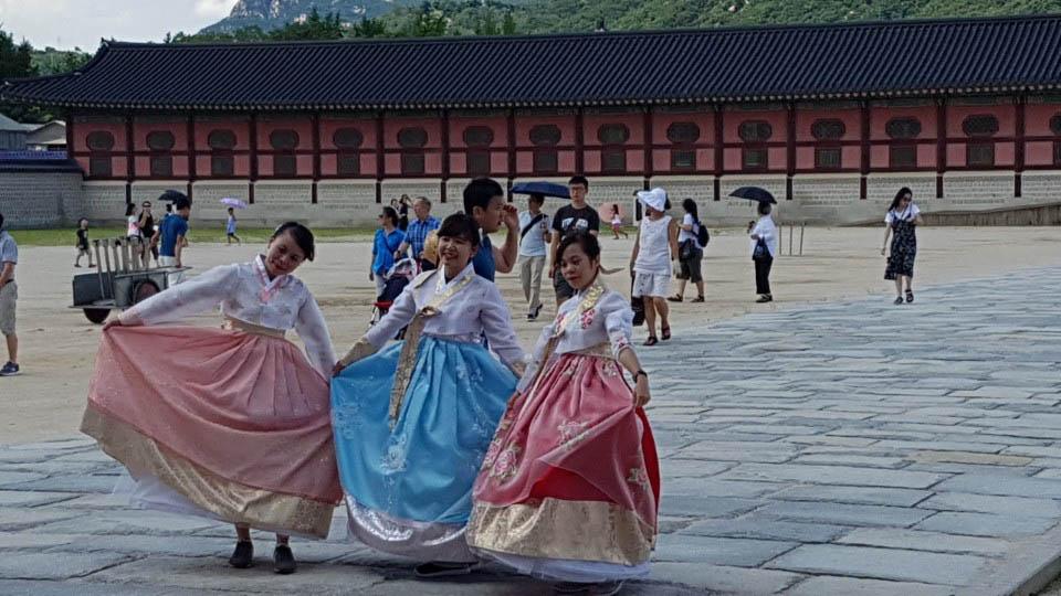 11일 오후 서울 경복궁 흥례문 앞에서 외국인 관광객들이 한복을 입고 서서 즐거워하고 있다.
