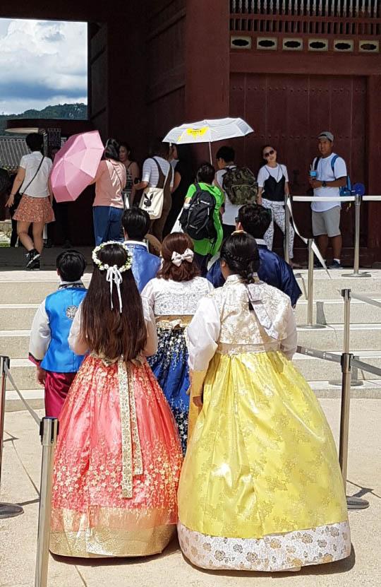 11일 오후 서울 경복궁 흥례문 앞에서 외국인 관광객들이 한복을 입고 입장하고 있다.