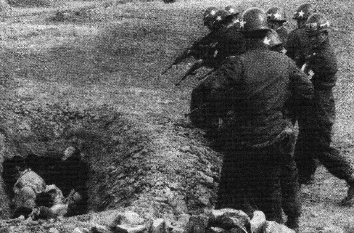 """""""1951년 4월 대구형무소 인근에서 벌어진 총살. 감독하던 미군이 촬영했는데 희생자들은 재판에 의해 1심만으로 사형 확정된 민간인들로 보인다. 이 사진은 집행 방식의 반인륜성도 명확히 보여 주는데, 이러한 방식의 처형은 누가 어디에서 어떻게 죽었는지 알 수 없게 만드는 방식이었다."""""""