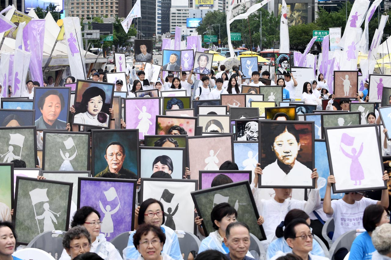 제72주년 광복절을 하루 앞둔 14일 오후 서울 종로구 광화문광장에서 '3.1 혁명에서 8.15 광복에 이르기까지'를 주제로 열린 '항일여성독립운동가 초상화 출정식'에서 여성독립운동가들의 초상화를 든 참가자들이 서대문형무소를 향해 행진을 펼치고 있다.