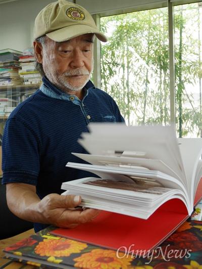보림출판사 권종택 대표가 그림책 <레베카의 작은 극장>을 살펴보고 있다.