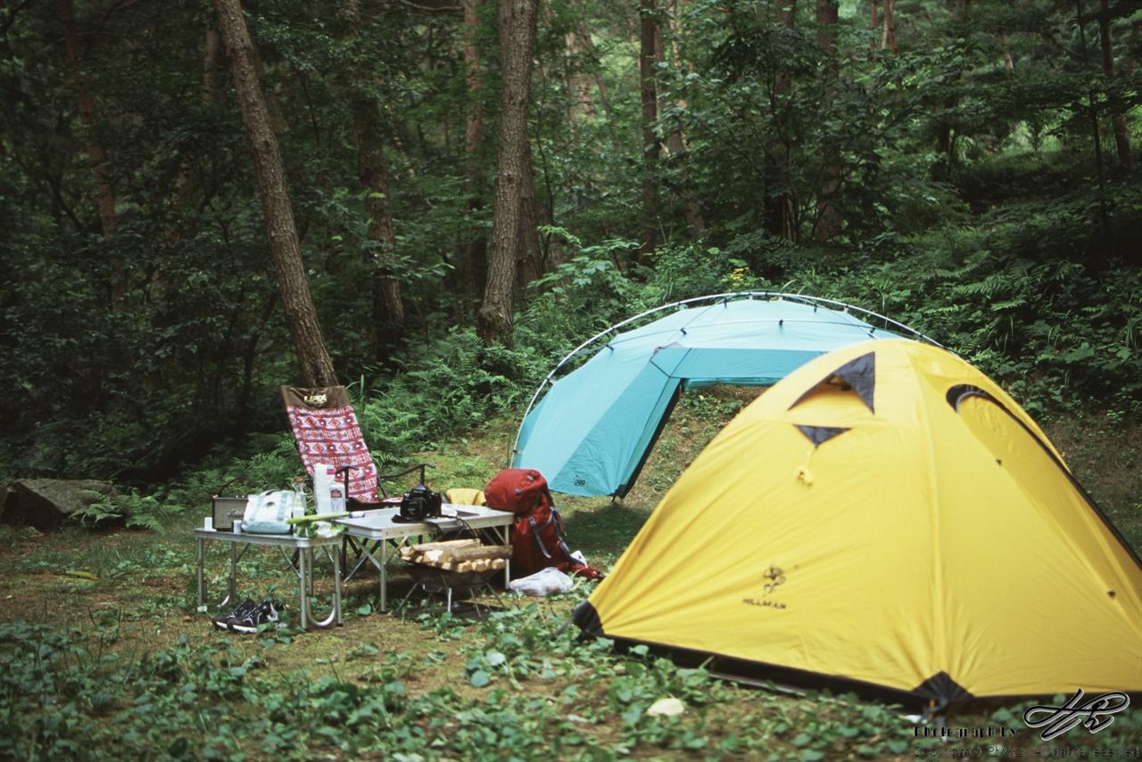 살림들 (LX/CT100)울창한 숲 사이 아늑한 공간에 짐들을 풀어놓았다. 자동차로 올 수 있는 곳이라 커다란 테이블도 있고 편한 의자도 있다. 내일 오를 선자령에는 가져가지 못할 짐들.