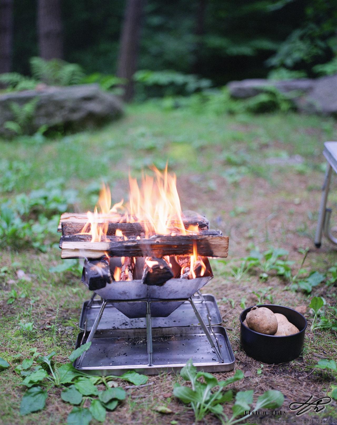 모닥불과 감자 (67ii/Pro160NS)장작에 불이 절반 정도 사그라들면 감자를 넣고, 모두 사그라들면 잔불의 기운으로 고기를 구울 것이다.