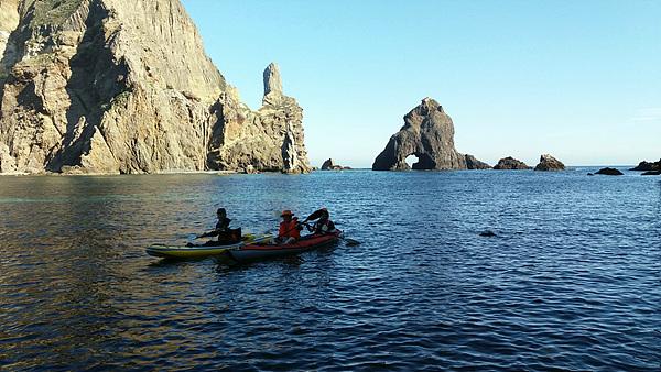 코리아나호에서 내린 이사부항로 탐사대원 중 일부(이효웅, 안동립, 김동현)는 카약을 타고 섬 곳곳을 돌아보았다