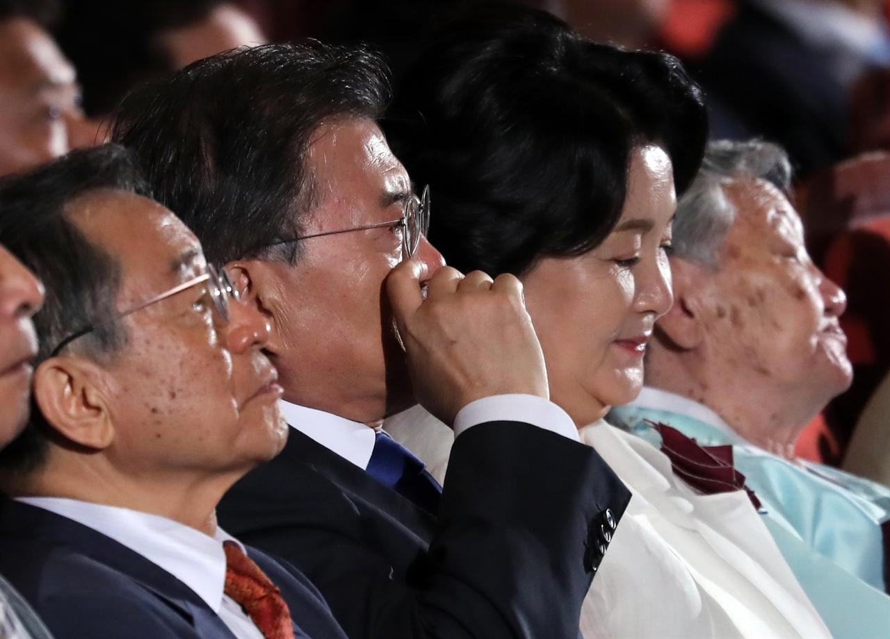 문재인 대통령이 15일 오전 세종문화회관에서 열린 제72주년 광복절 경축식에서 애국지사 김용환을 주제로 한 '아버지, 나의 아버지' 공연을 보던 중 붉어진 눈시울 주변의 눈물을 닦고 있다.