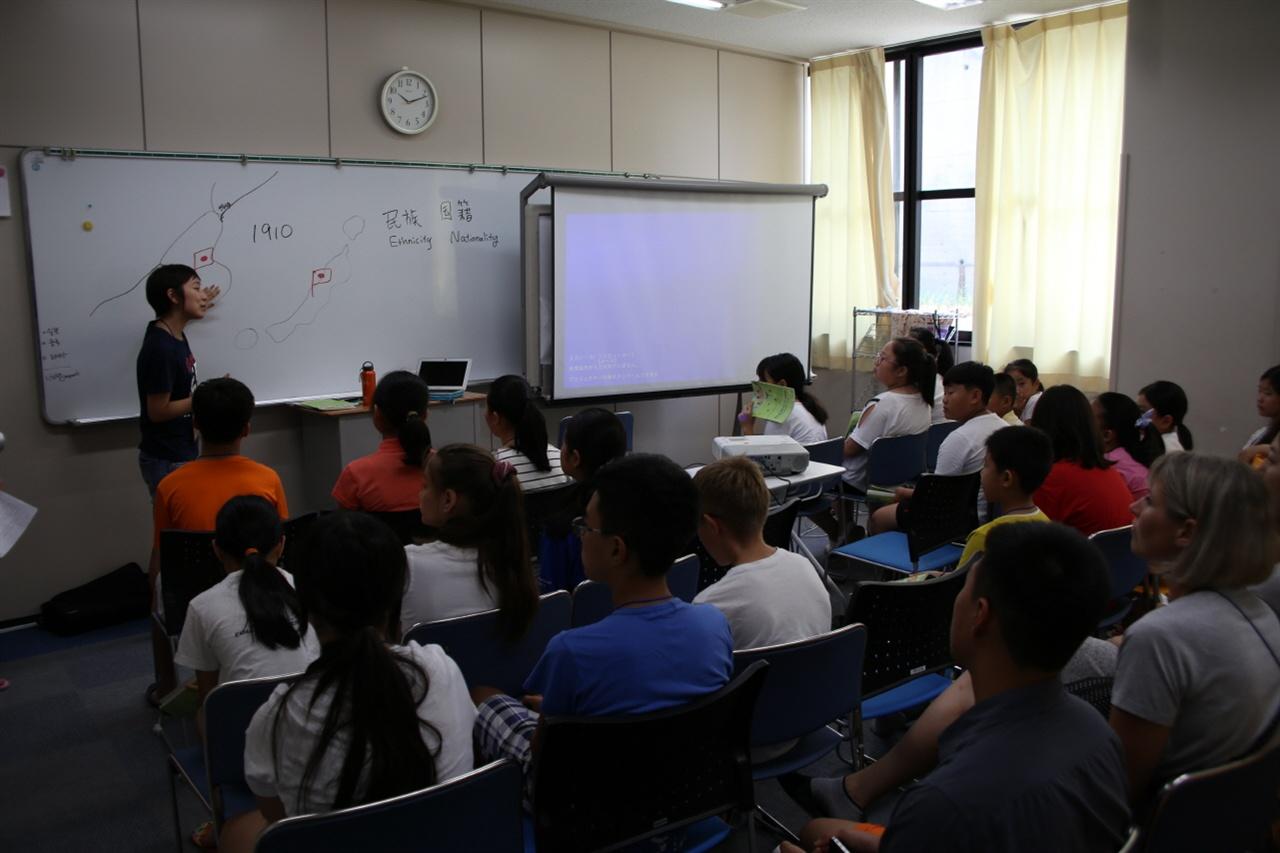 재외동포 바로 알기 수업 일본의 담임선생이 재일동포들이 일본에서 생활하게 된 역사를 설명해주고 있다.