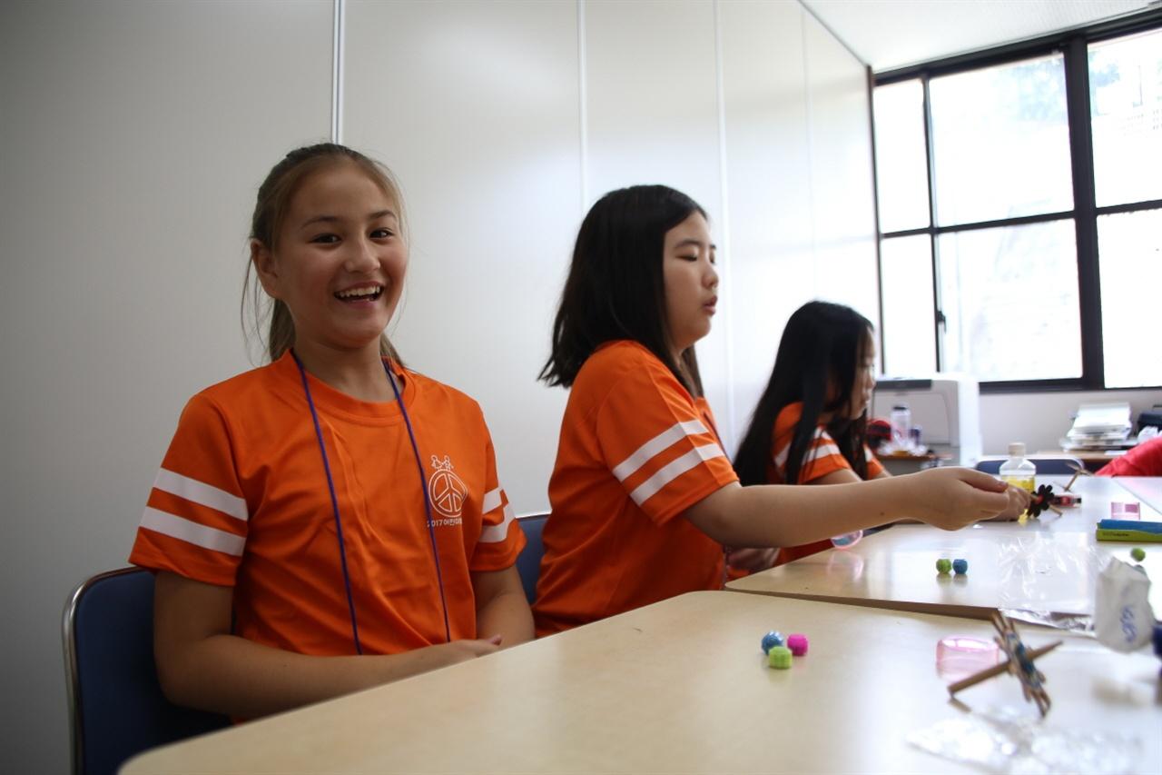 한국전통놀이배우기 러시아 동포 학생이 한국전통놀이를 체험하며 즐거워하고 있다.