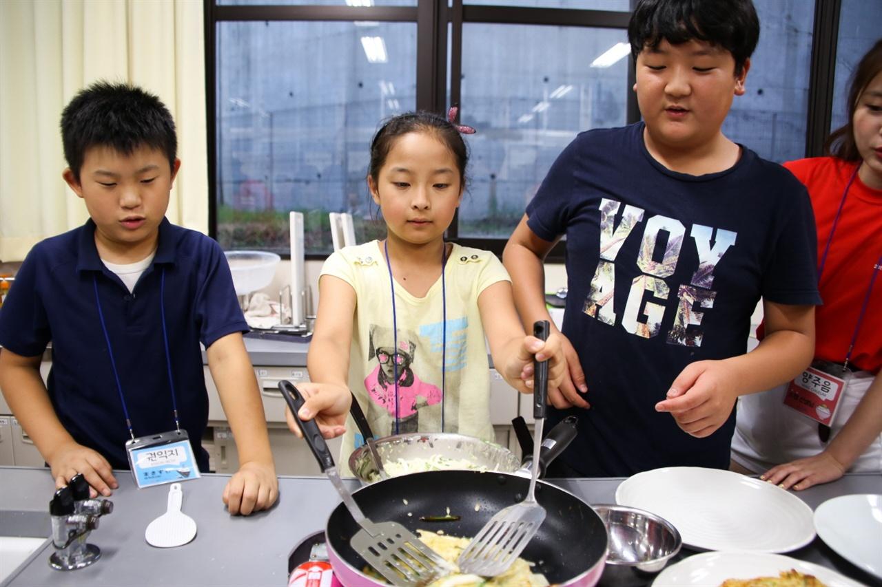 4개국 요리만들기  중국에서 온 동포학생이 한국의 전통요리인 찌짐을 만들어보고 있다.
