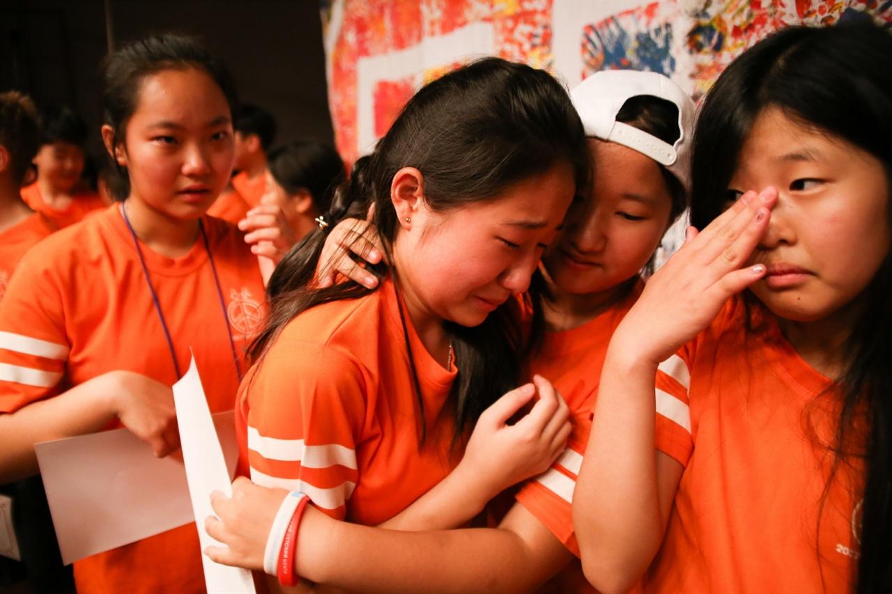어린이희망학교 수료식 짧은 만남의 아쉬움을 눈물로 달래는 어린이희망학교 학생들