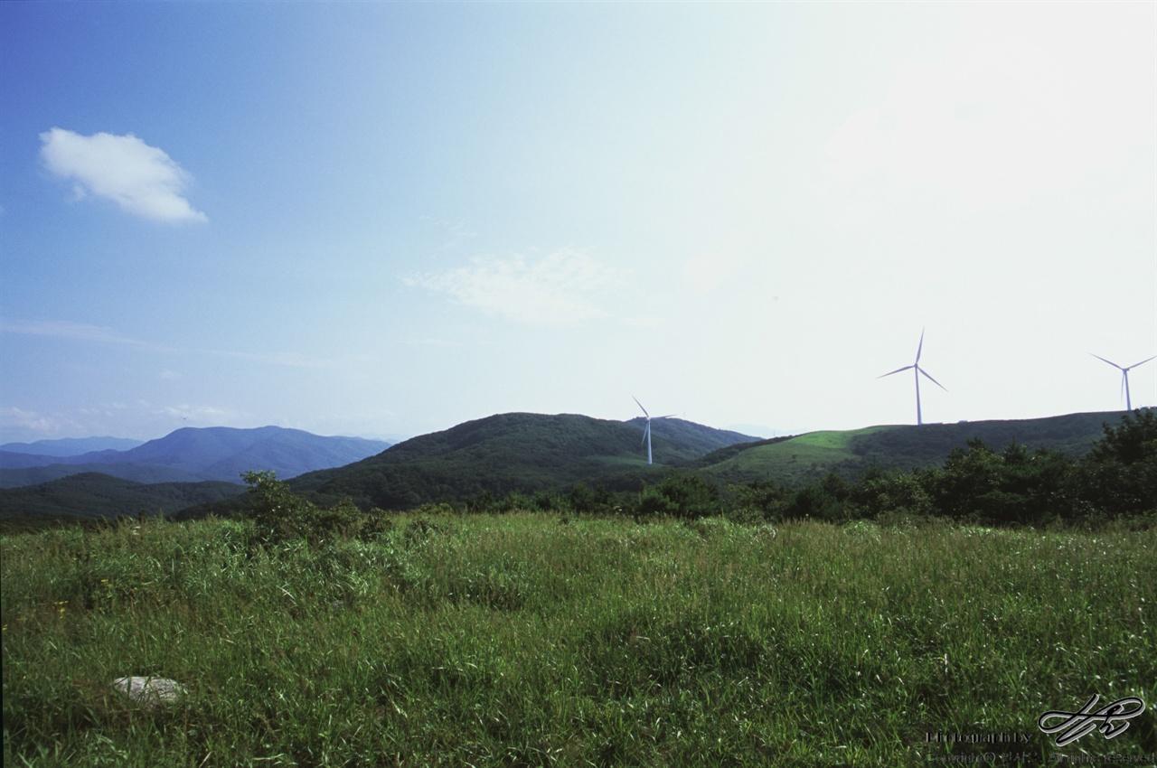 능선과 하늘과 풍차 (LX/CT100)해발 1,000미터 정도에서는 햇빛의 강함보다 바람의 서늘함이 더 우세했다.