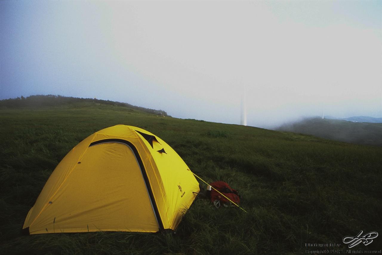 선자령 언덕에서 (LX/CT100)아직은 하늘이 밝았지만 쉴새없이 능선을 타고 안개가 올라왔다.