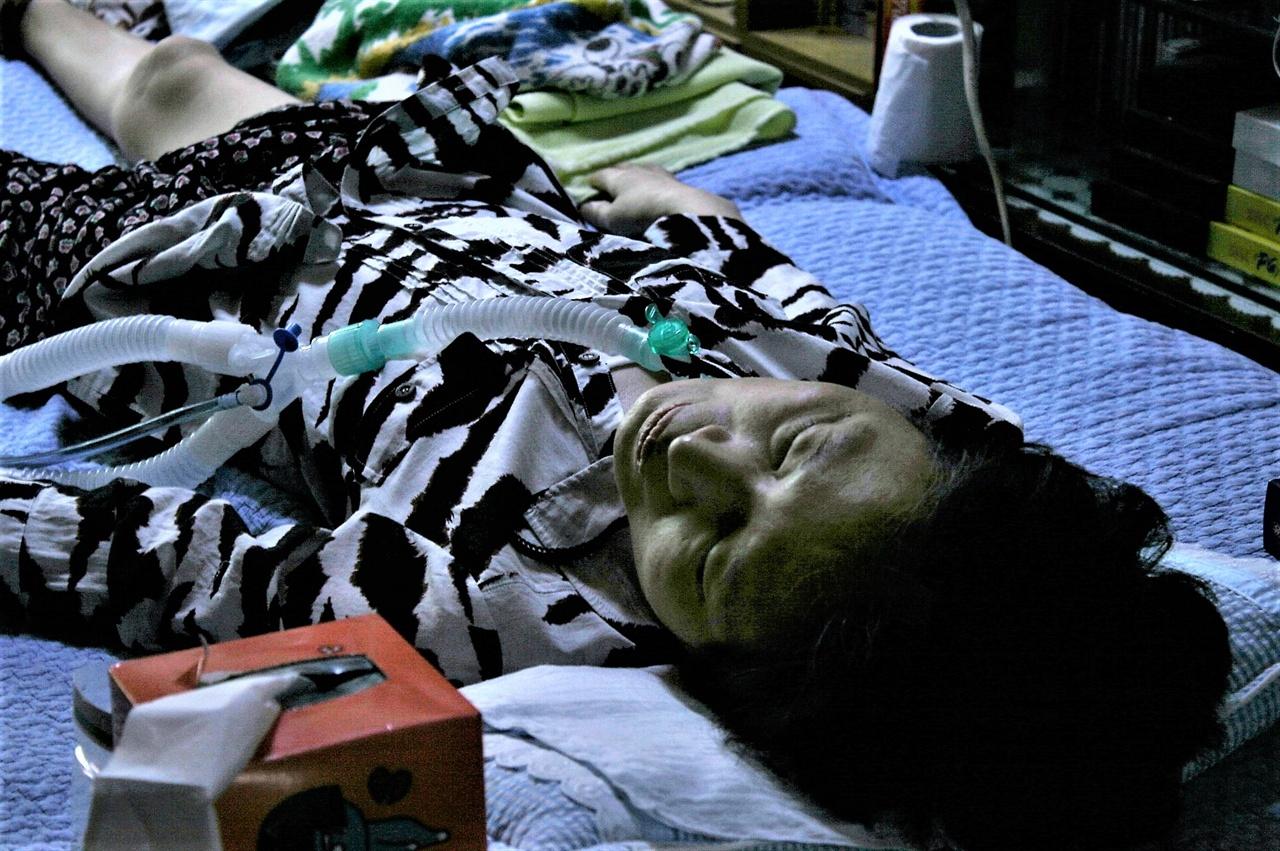 16일 가습기살균제 피해자 박영숙씨의 집을 찾았다.이날은 그녀가 기자회견에 참석하는 날이다. 산소통을 비롯해 인공호흡장치가 그녀를 애워싸고 있었다.