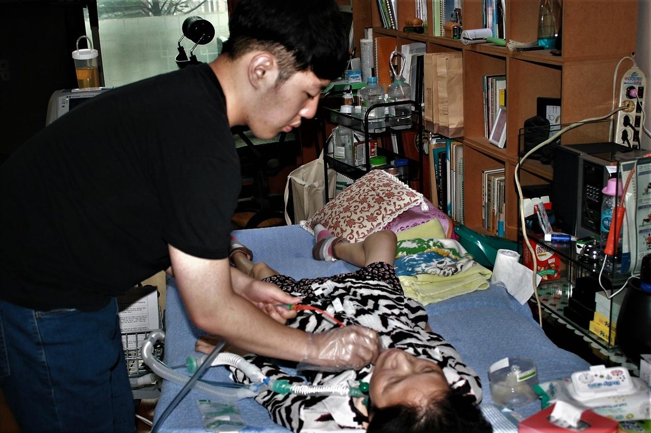 16일 가습기살균제 피해자 박영숙씨의 집을 찾았다.이날은 그녀가 기자회견에 참석하는 날이다. 아내의 장기간 투병은 가족들을 의료진 못지않은 배태랑으로 만들었다. 둘째아들이 석션을 하고있다.