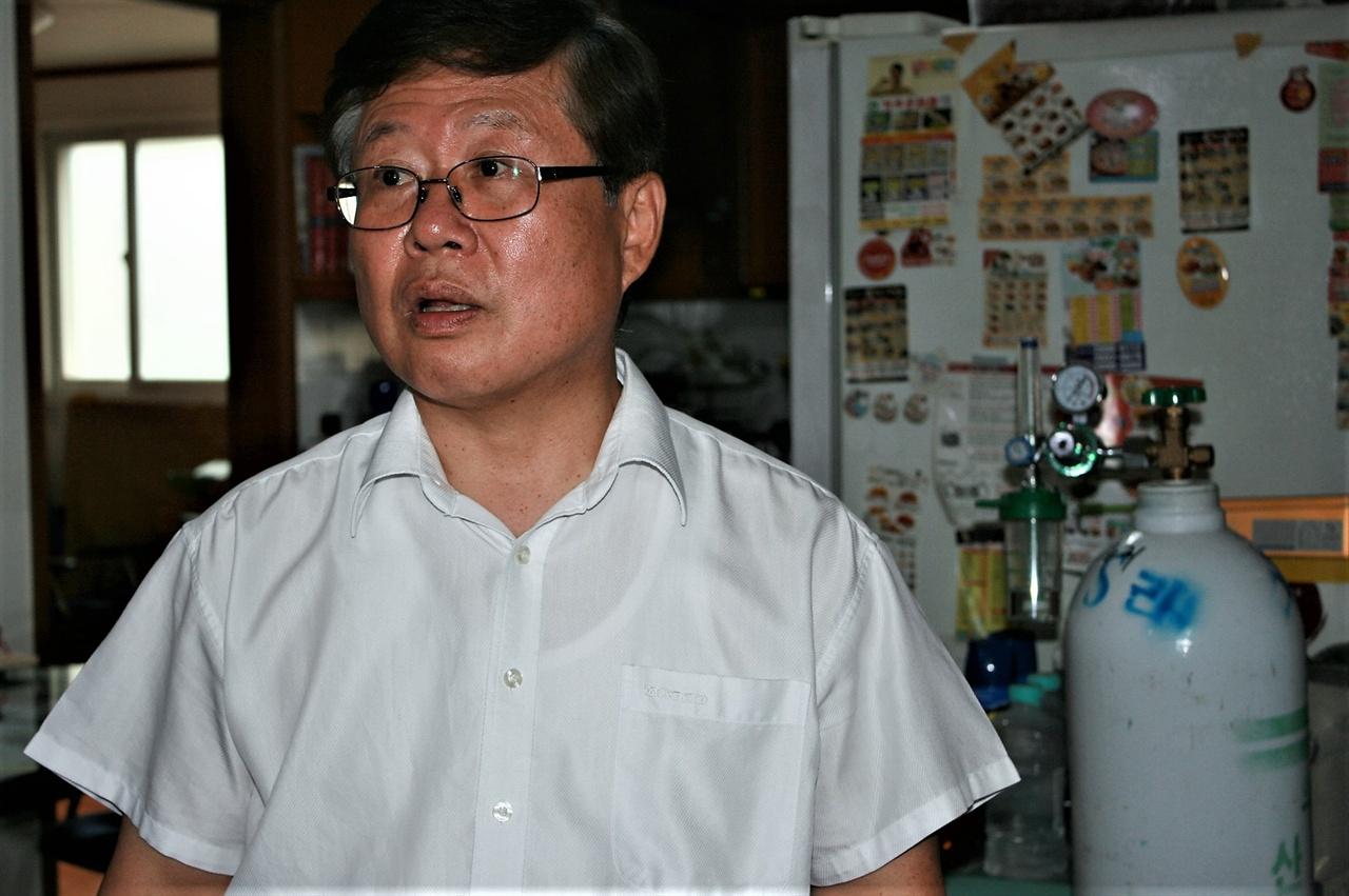 16일 가습기살균제 피해자 박영숙씨의 집을 찾았다.이날은 그녀가 기자회견에 참석하는 날이다. 남편 김태종씨의 뒤로 산소통이 보인다.