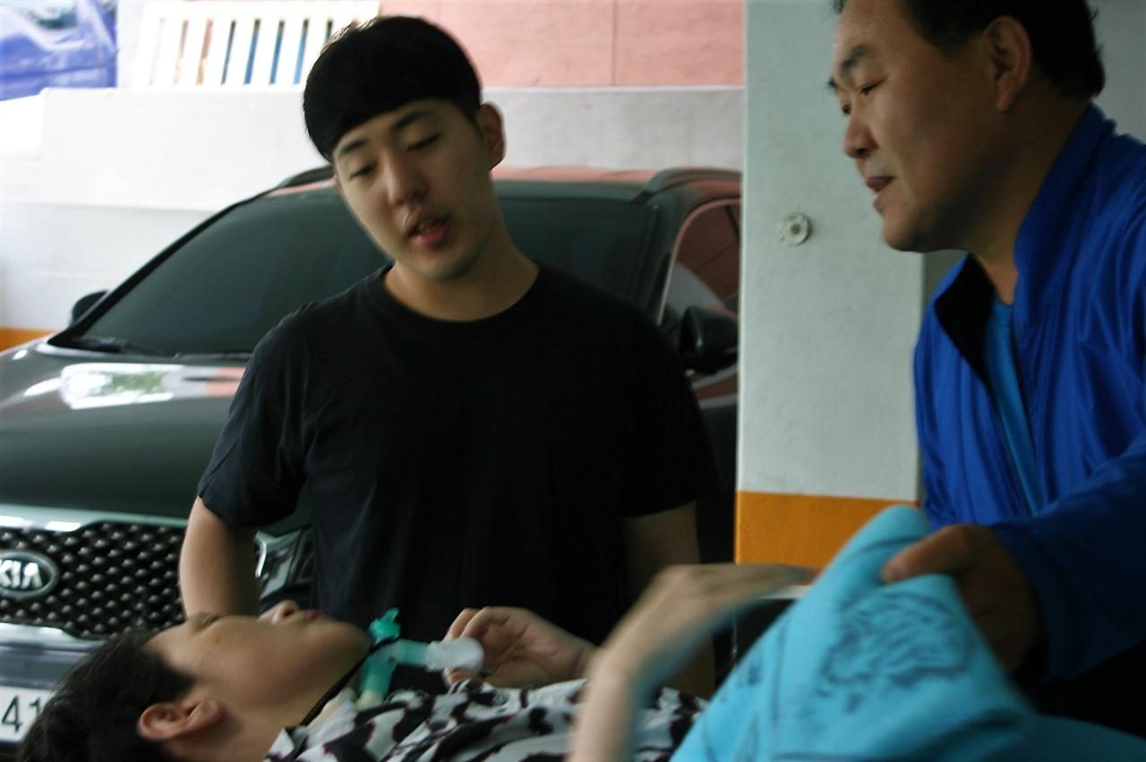 16일 가습기살균제 피해자 박영숙씨의 집을 찾았다.이날은 그녀가 기자회견에 참석하는 날이다. 응급환자 이송서비스 기사는 능숙하게 박씨를 이동식침대로 옮겼다. 둘째아들이 박씨에게 불편한점은 없냐고 묻고있다.