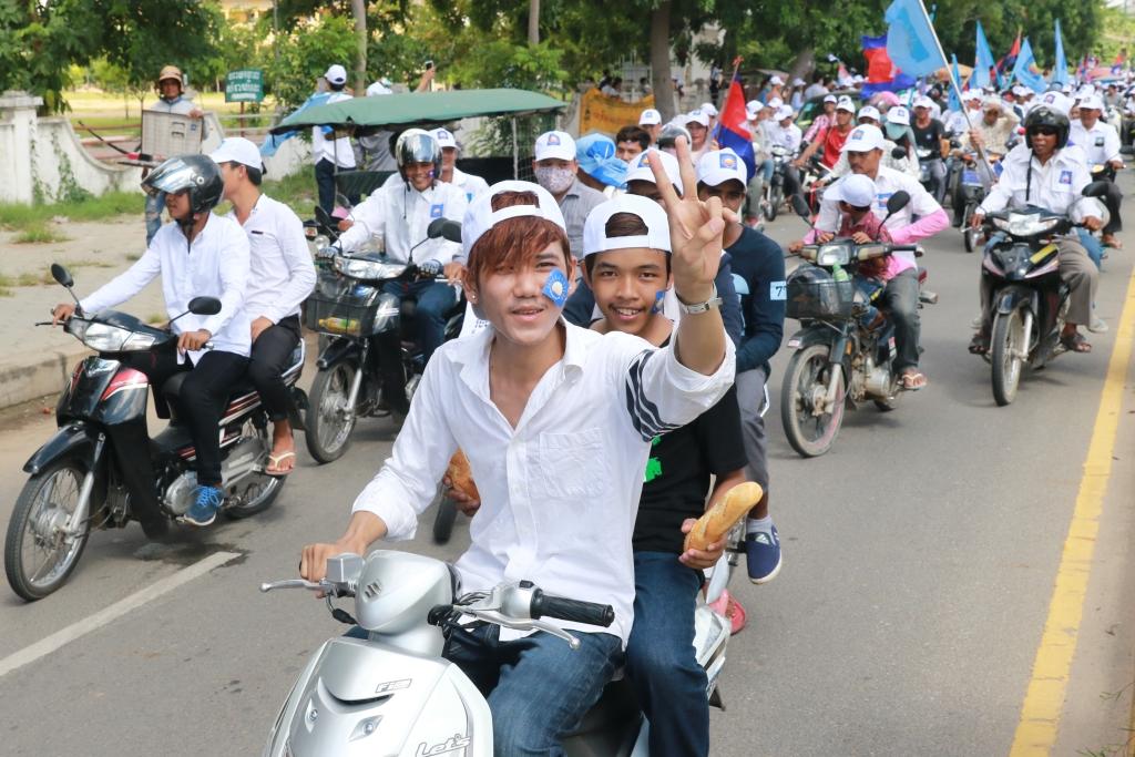 지난 6월 4일 실시된 캄보디아 지방자치단체선거를 앞두고 유세에 나선 야당지지자들의 행렬. 이번 선거에서 선전한 야당은 자신감에 차있는 반면, 훈센총리가 이끄는 집권여당은 초조해진 상태다.