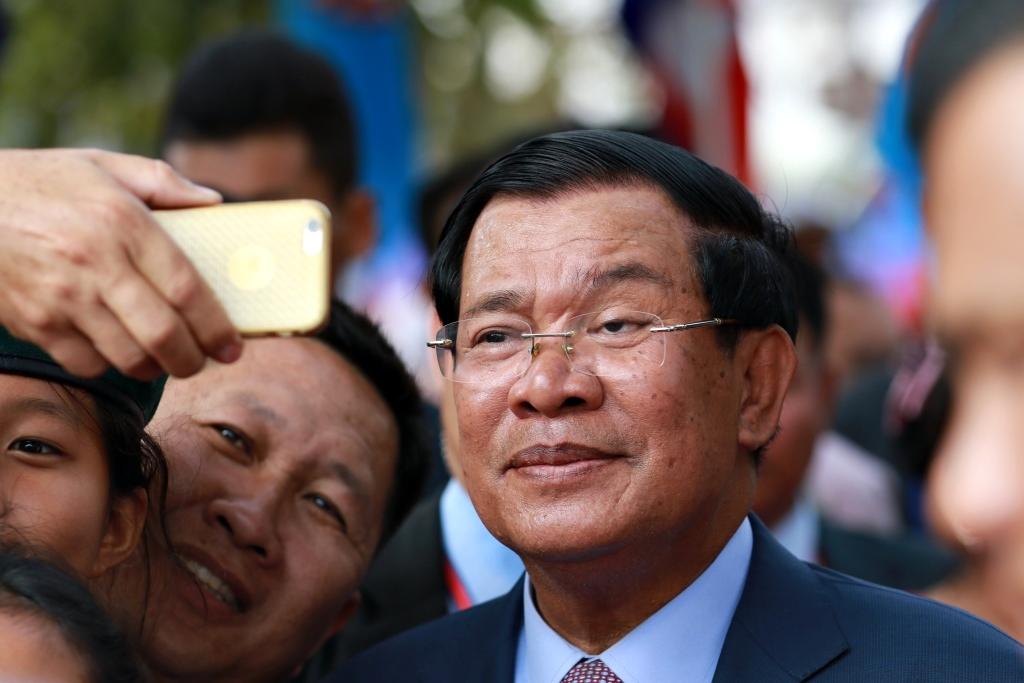 32년째 장기집권중인 캄보디아 훈센총리가 시민들과 만나 사진촬영에 응하는 모습.