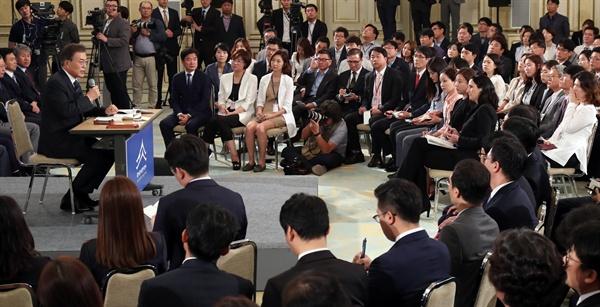 문재인 대통령이 17일 오전 취임 100일을 맞아 청와대 영빈관에서 출입기자들과 취임 후 첫 기자회견을 하고 있다.