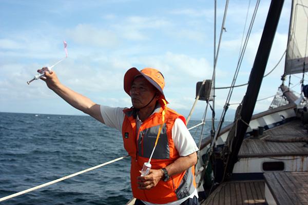 이사부기념사업회 이사이기도 한 이효웅씨가 해류병을 동해바다에 던지고 있다. 그가 현재까지 동해바다에 투하한 해류병은 910개로 17일 현재까지 회수된 것은 17개다