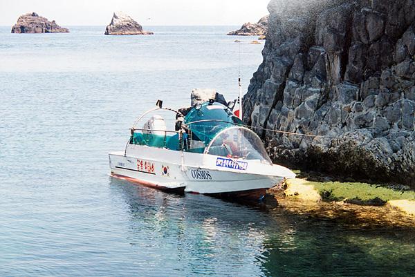 이효웅씨가 3년에 걸쳐 혼자서 제작한 코스모스를 타고 독도에 기항(2002년)한 모습
