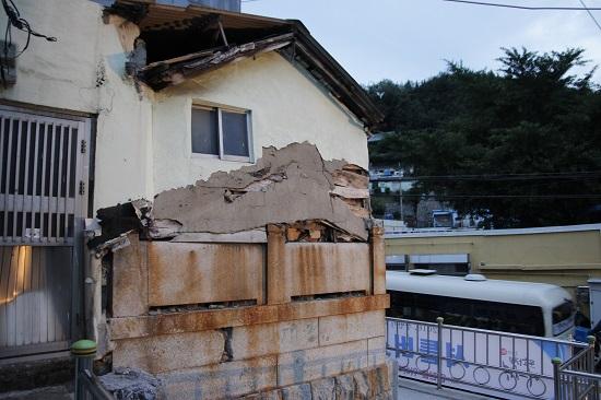 일본인 묘의 상석위에 그대로 집을 지은 아미동 비석마을의 한 주택.