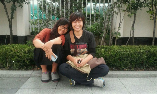 문화연대 신유아 활동가와 연분홍치마의 김일란 활동가가 함께 찍은 사진
