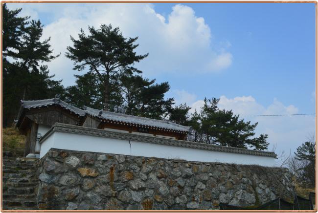 천마사 전경 박이량 장군 묘 바로 아래에 있는 사당 천마산 천마사의 모습이다.