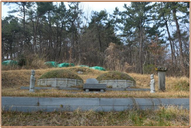 우귀선 돌격장 박이량 장군 묘  한산대첩 우귀선 돌격장 박이량 장군의 묘역 전경이다.아래쪽으로 정면 약 300미터에 있는 순천 왜성을 내려다보고 있다. 순천시 해룡면 신성포 마을에 있다.