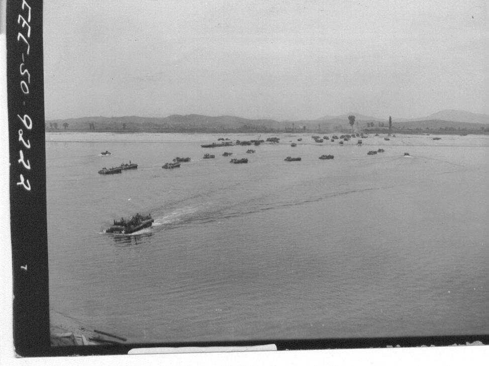1950. 9. 25. 유엔군들이 서울을 탈환하고자 한강 도강 작전을 펼치고 있다.
