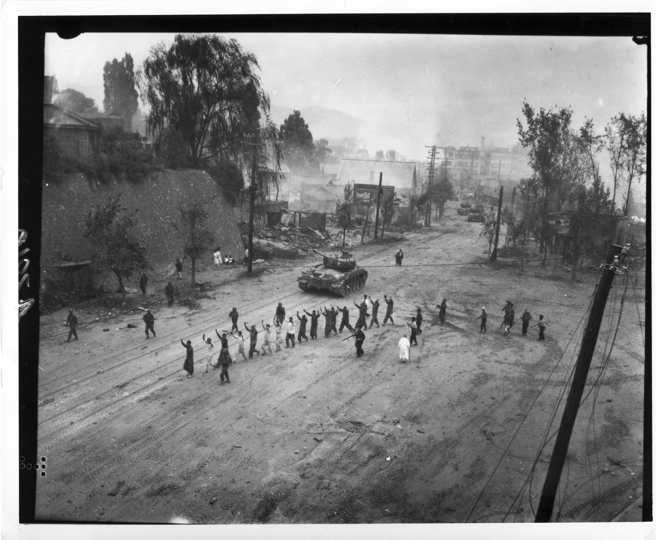 1950. 9. 26. 유엔군들이 서울 수복을 하면서 인민군 및 공산 혐의자를 색출한 뒤 연행하고 있다.